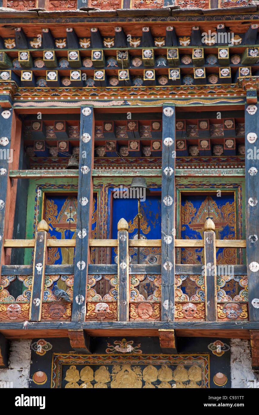 Detalle de un balcón y la puerta de la imponente Dzong o fortaleza, en Trashigang. Imagen De Stock