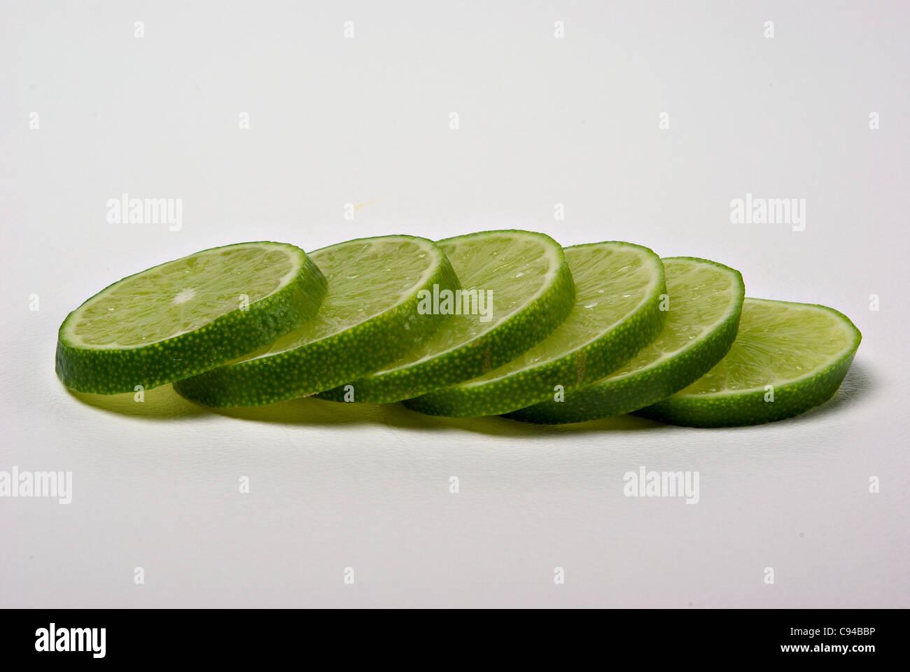 Rodajas de limón yacía sobre un fondo liso. Imagen De Stock