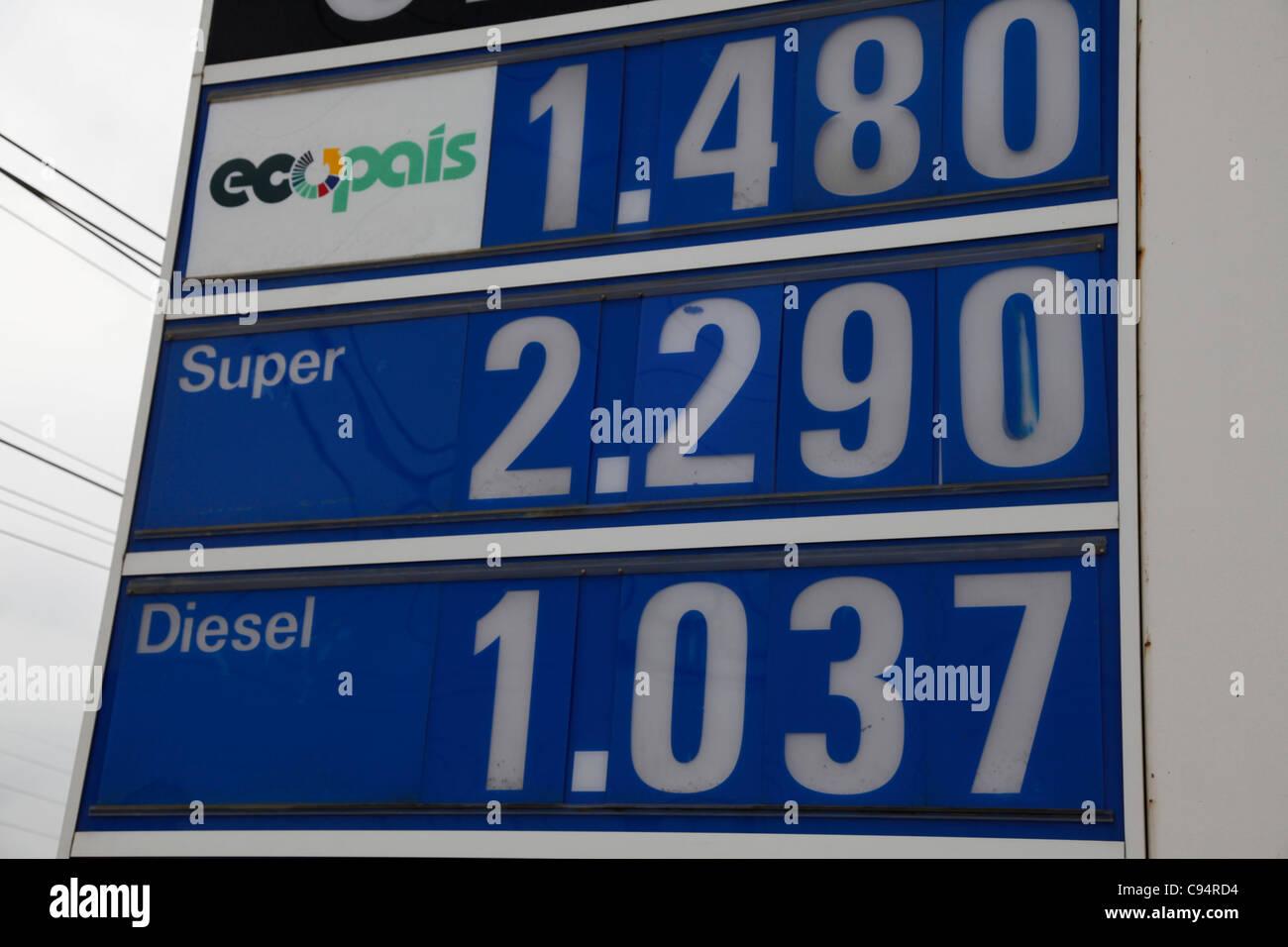 Ecuador. Estación de Gasolina mostrando precio por galón EE.UU. en dólares estadounidenses. Uno de los precios de Foto de stock