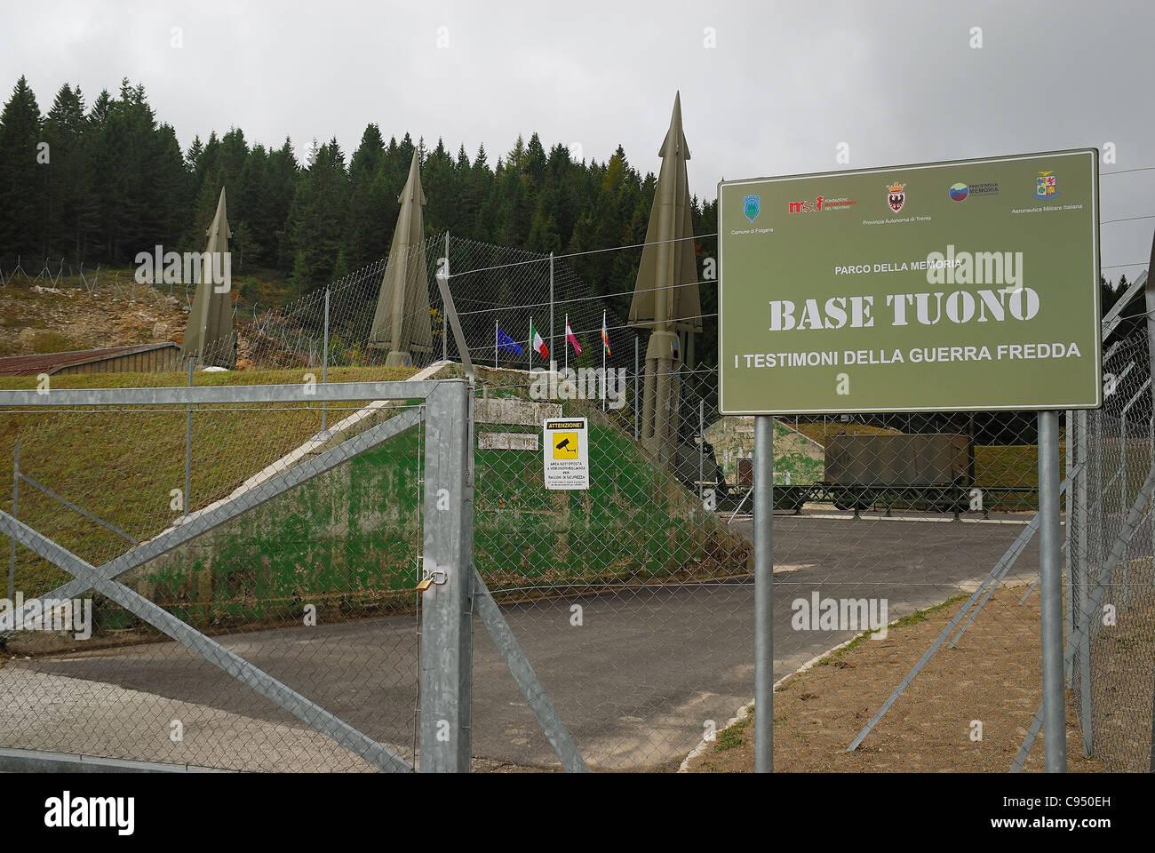 Guerra Fría. Ex base de la OTAN Tuono ( Thunder) . La entrada a la base. Imagen De Stock