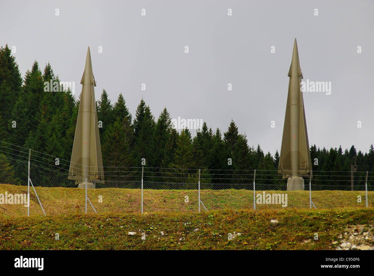 Guerra Fría. Ex base de la OTAN Tuono ( Thunder).Los misiles Nike-Hercules sobre plataformas de lanzamiento. Imagen De Stock