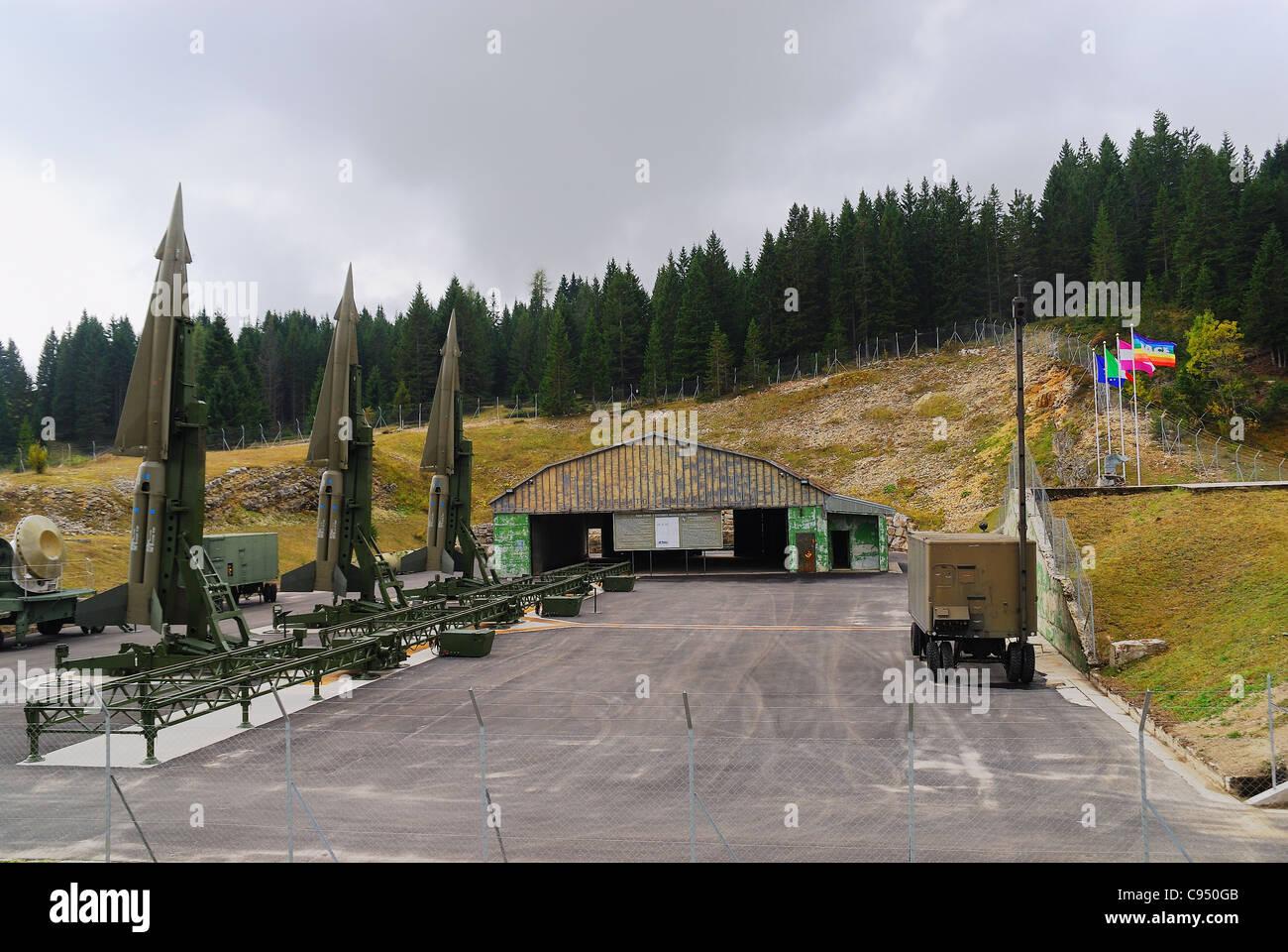 Guerra Fría. Ex base de la OTAN Tuono ( Thunder) . Los misiles Nike-Hercules sobre plataformas de lanzamiento Imagen De Stock