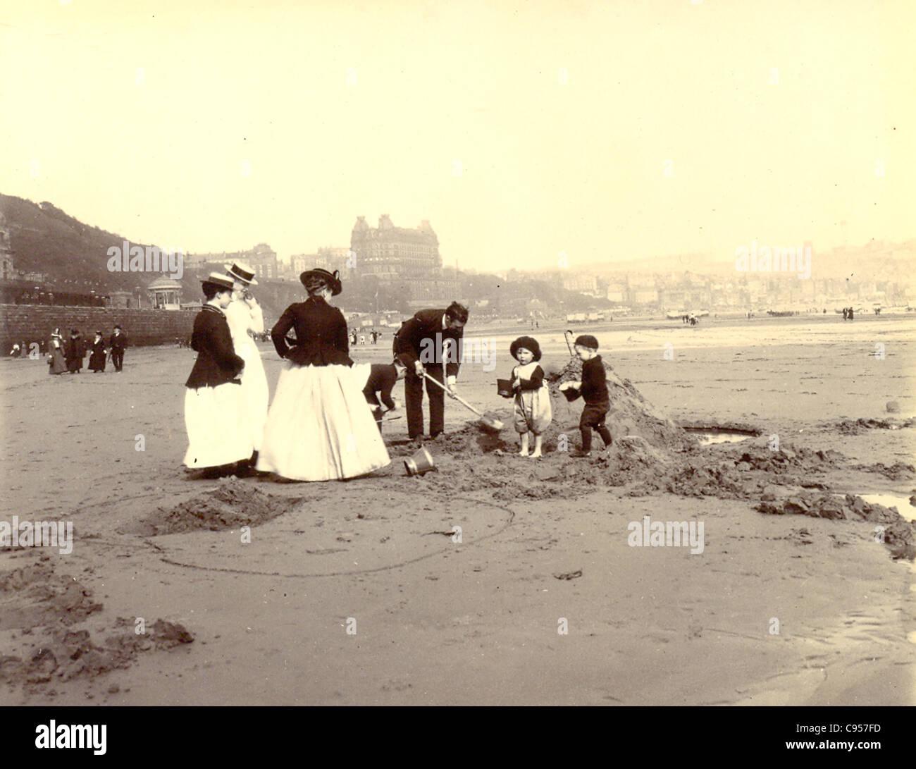 La excavación de castillos de arena en Scarborough sands Imagen De Stock
