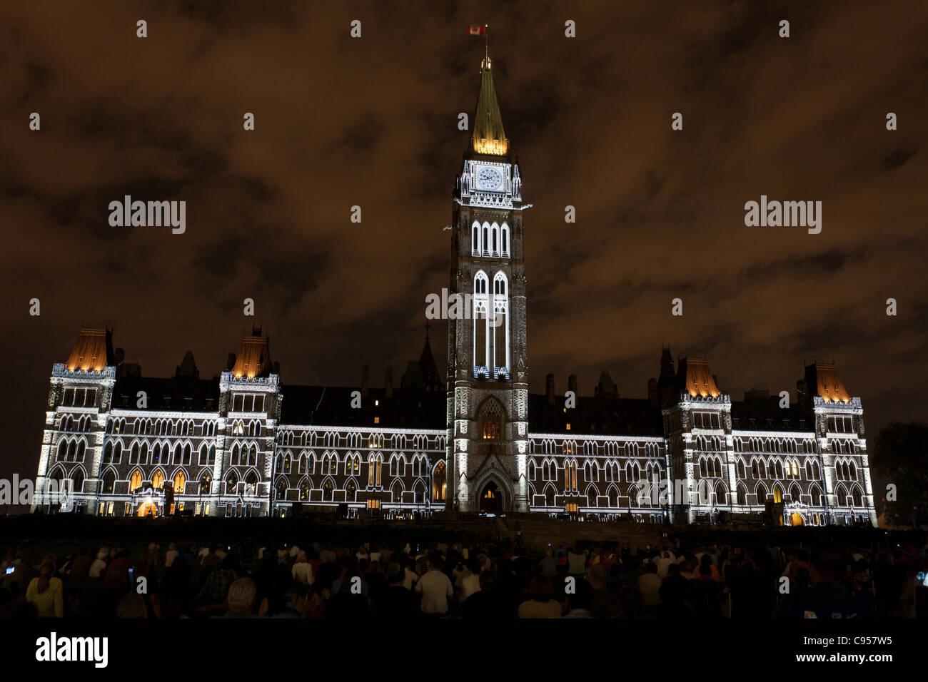 Espectáculo de Luz parlamentaria. El Parlamento canadiense edificios perfilados por las Luces, parte del espectáculo Imagen De Stock