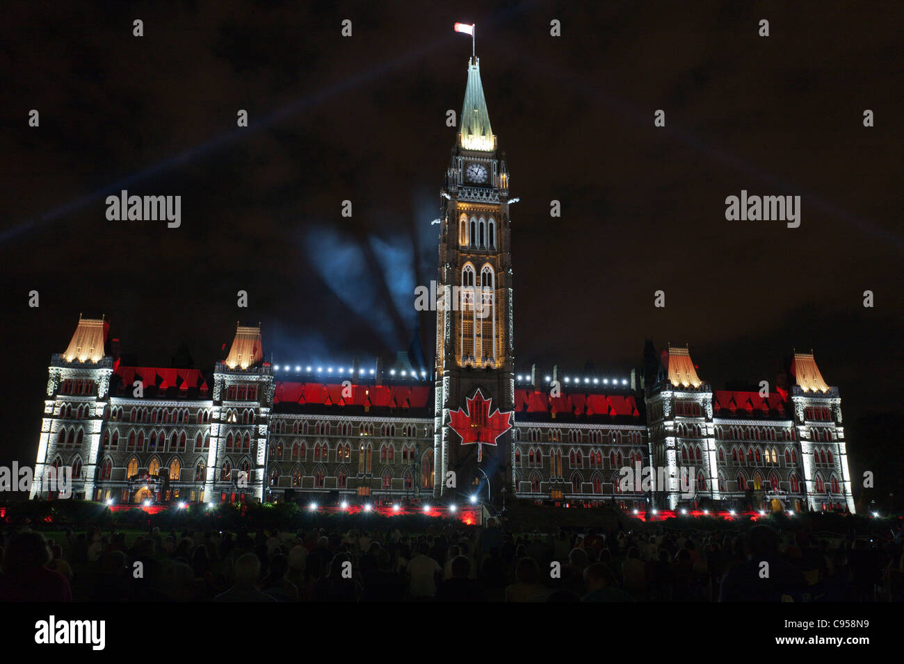 Espectáculo de Luz parlamentaria. El Parlamento canadiense edificios perfilados por las luces incluyendo una Imagen De Stock
