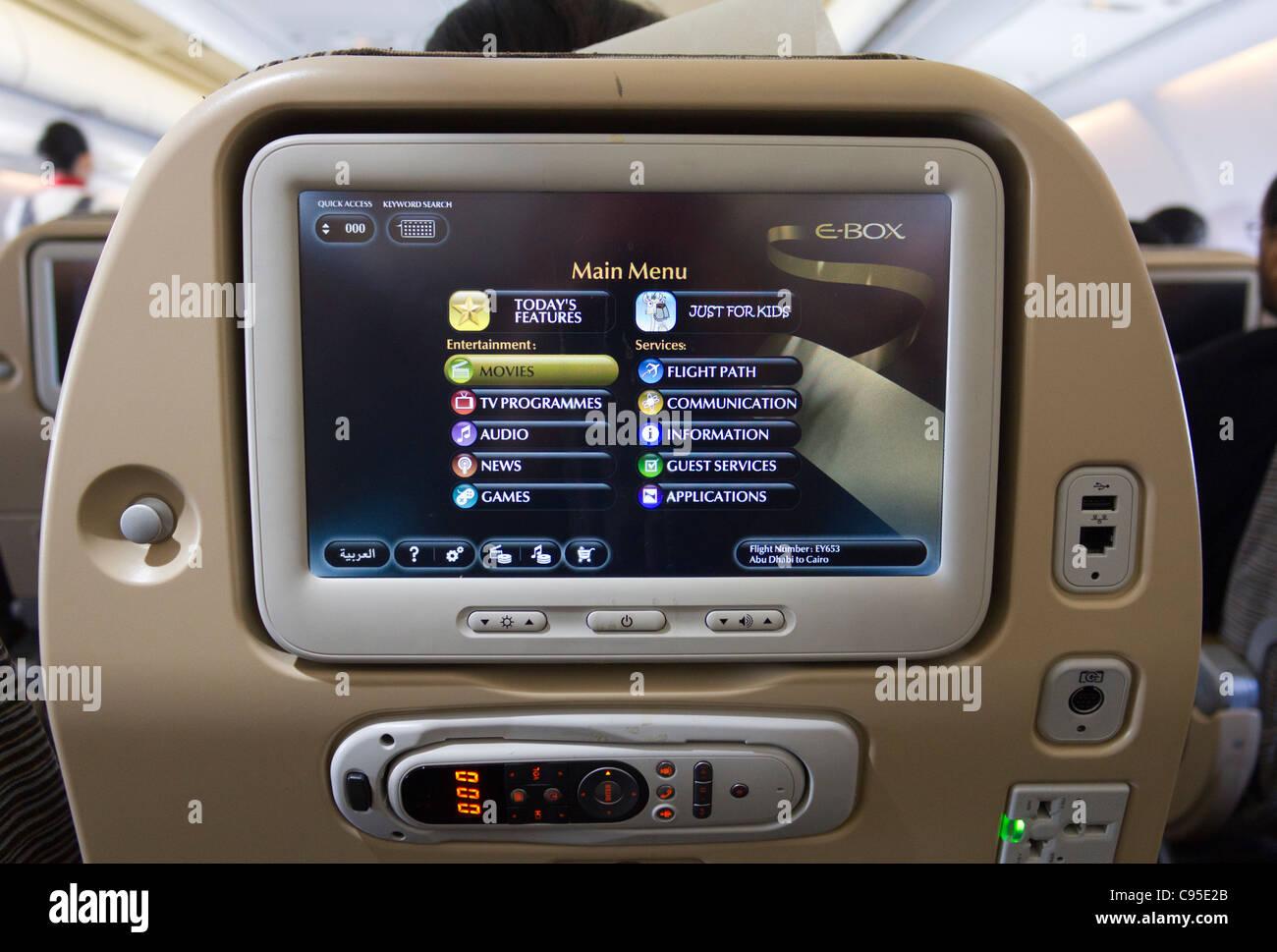 A bordo Etihad Airways en la pantalla menú entretenimiento Imagen De Stock
