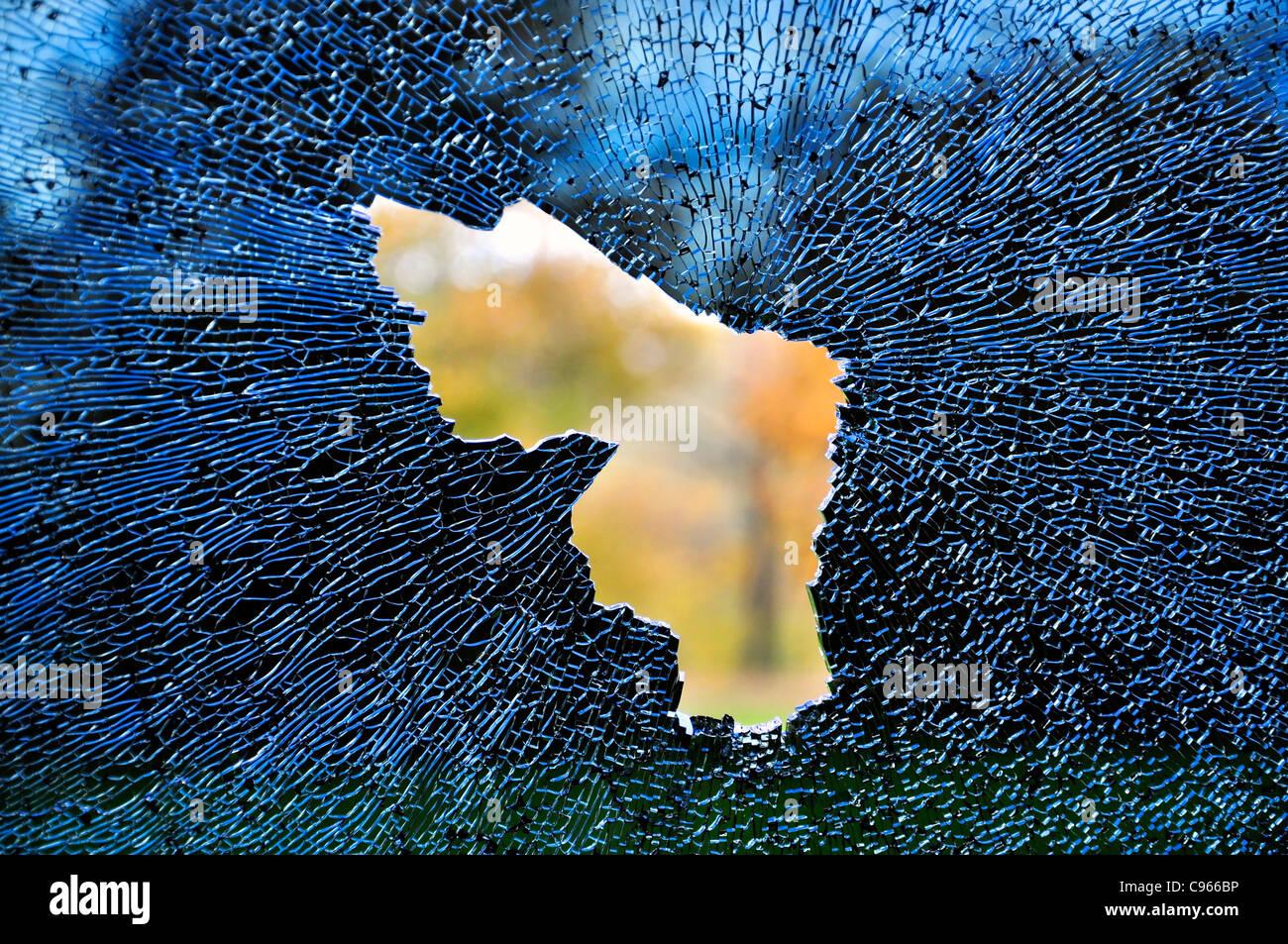 Vista desde la ventana de un automóvil destrozado Imagen De Stock