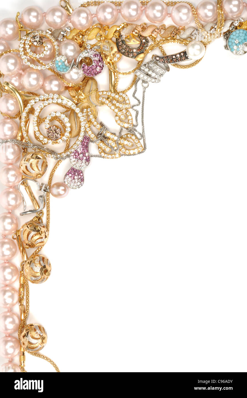 Marco de la joyería de oro y collar de perlas sobre un fondo blanco ...