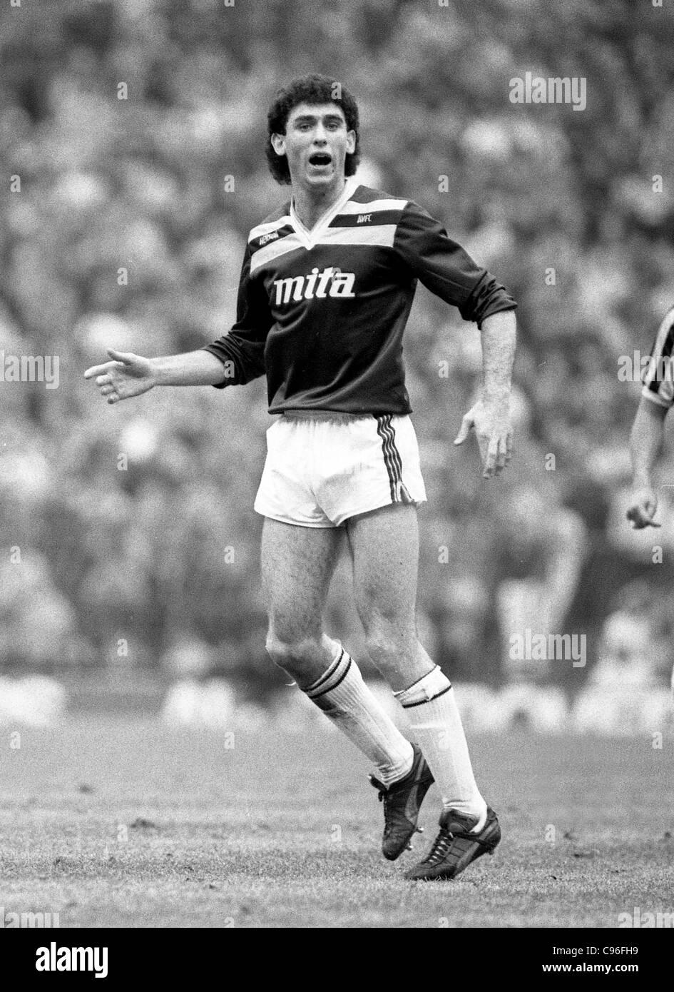 Aston Villa v Queens Park Rangers en Villa Park 7/2/87 Martin Keown Imagen De Stock