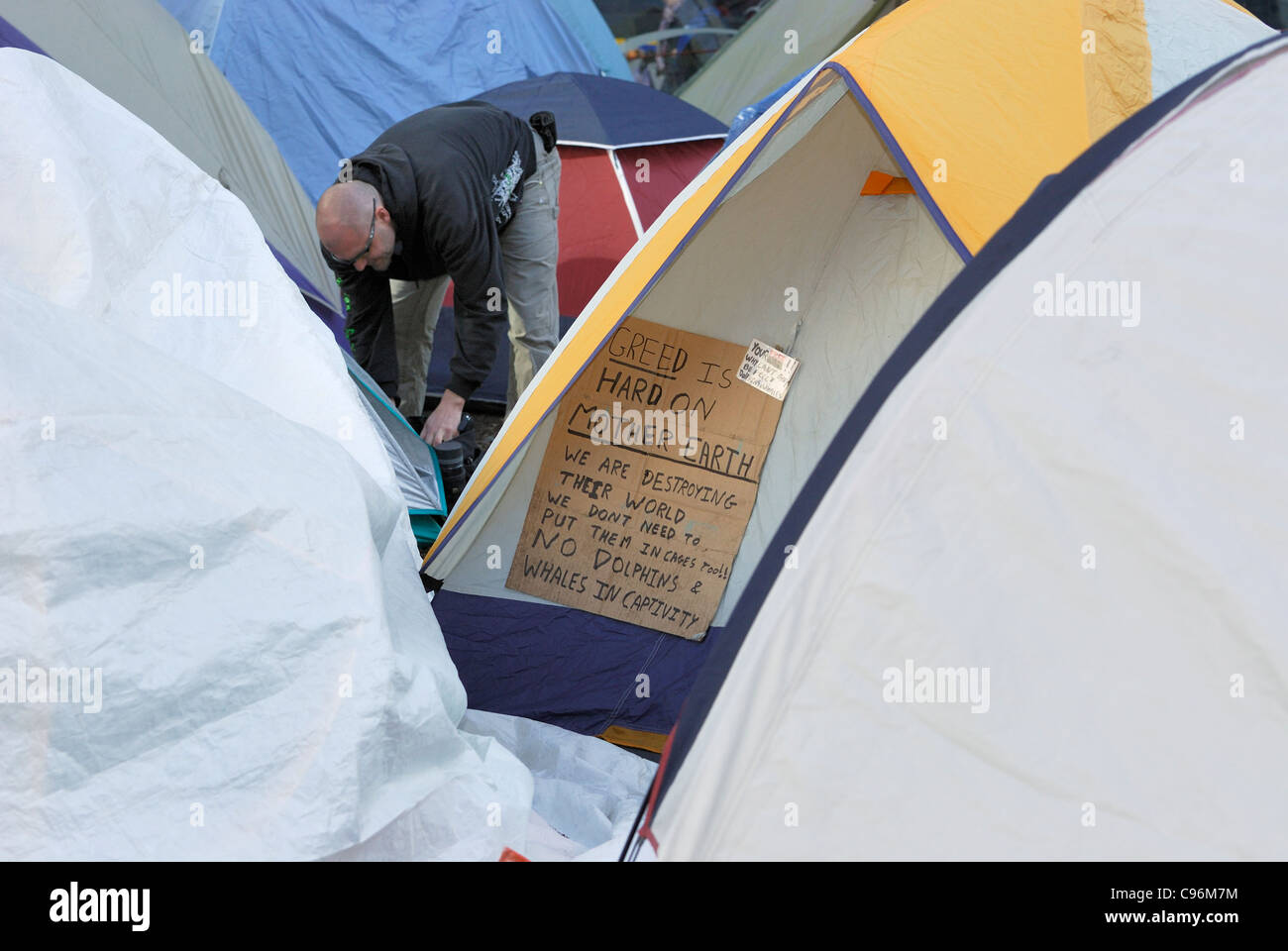 El manifestante de territorios Vancouver entre muchas tiendas. Imagen De Stock