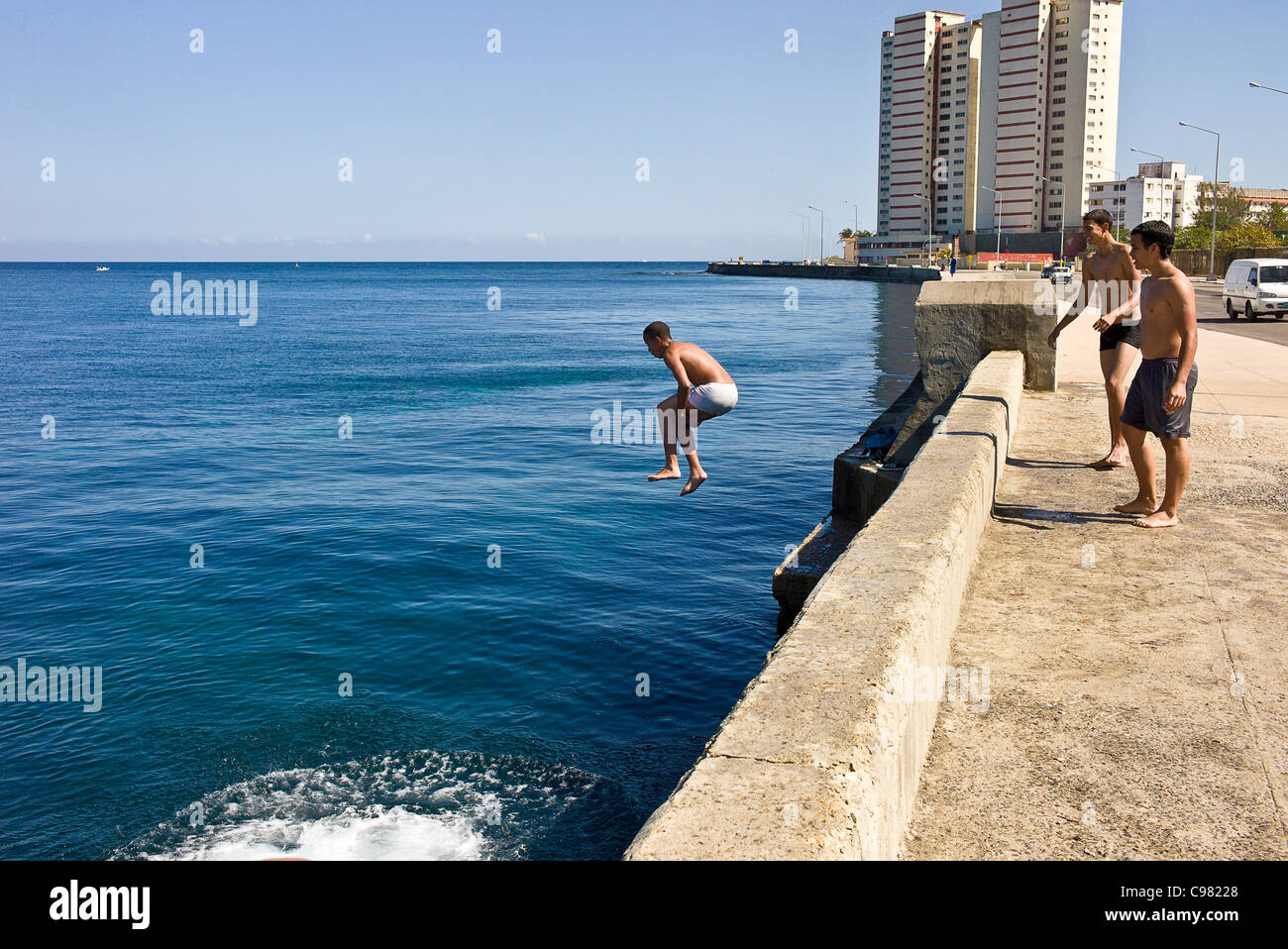 Los adolescentes nadando a lo largo del 'Malecon' en La Habana, Cuba. Imagen De Stock