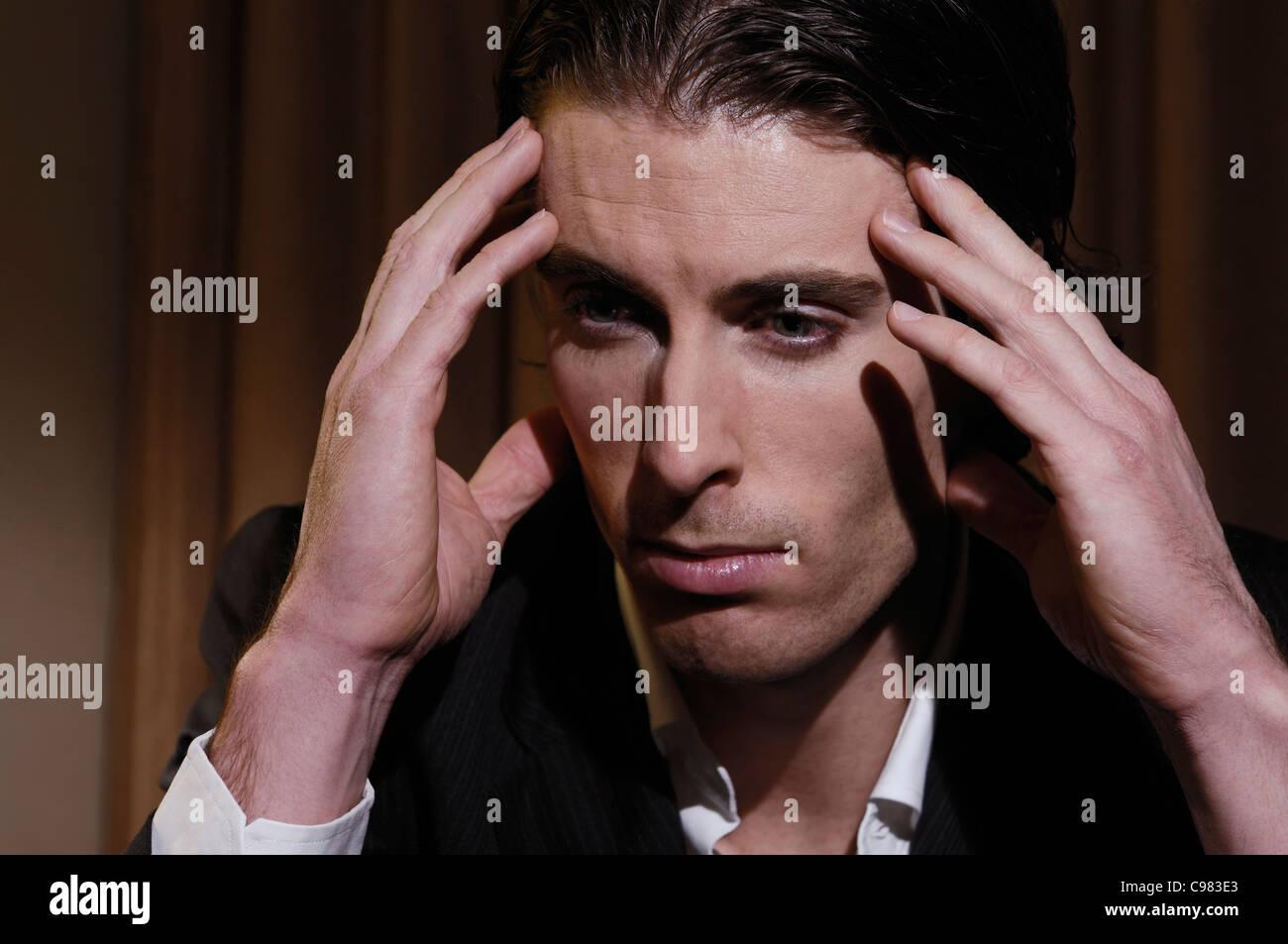 directorio italiano sentado en la cara