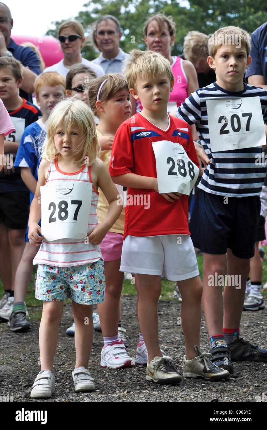 Los niños preparándose para una carrera corriendo Foto & Imagen De ...