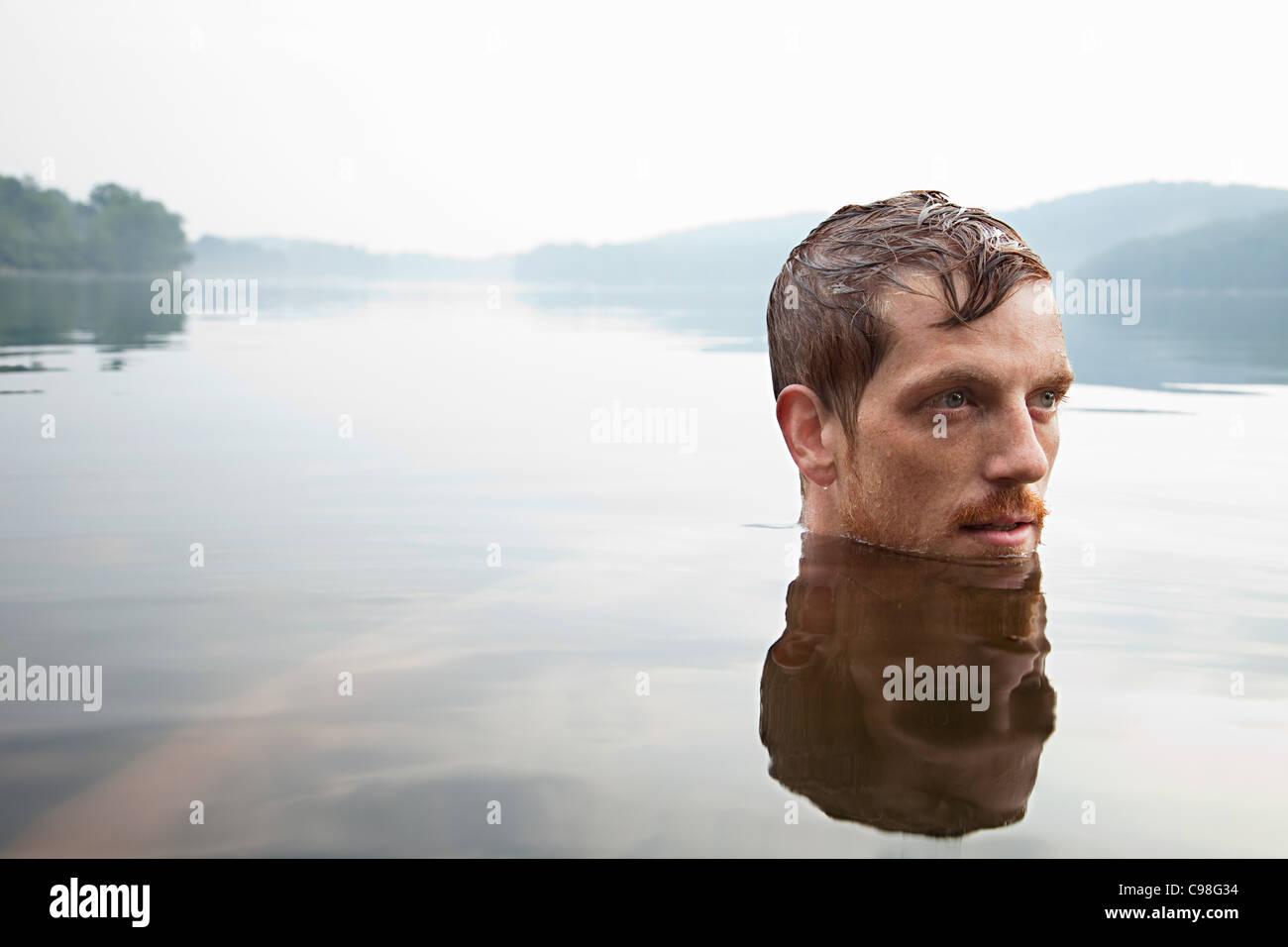 Hombre adulto medio lago natación Imagen De Stock