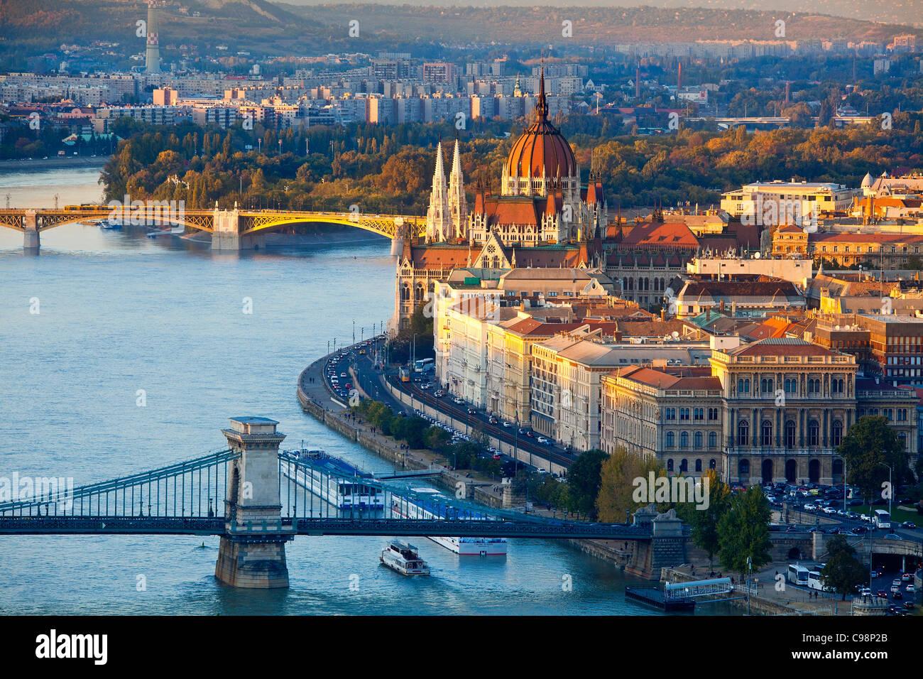 Budapest, cadena de puente sobre el río Danubio y el edificio del Parlamento húngaro Foto de stock