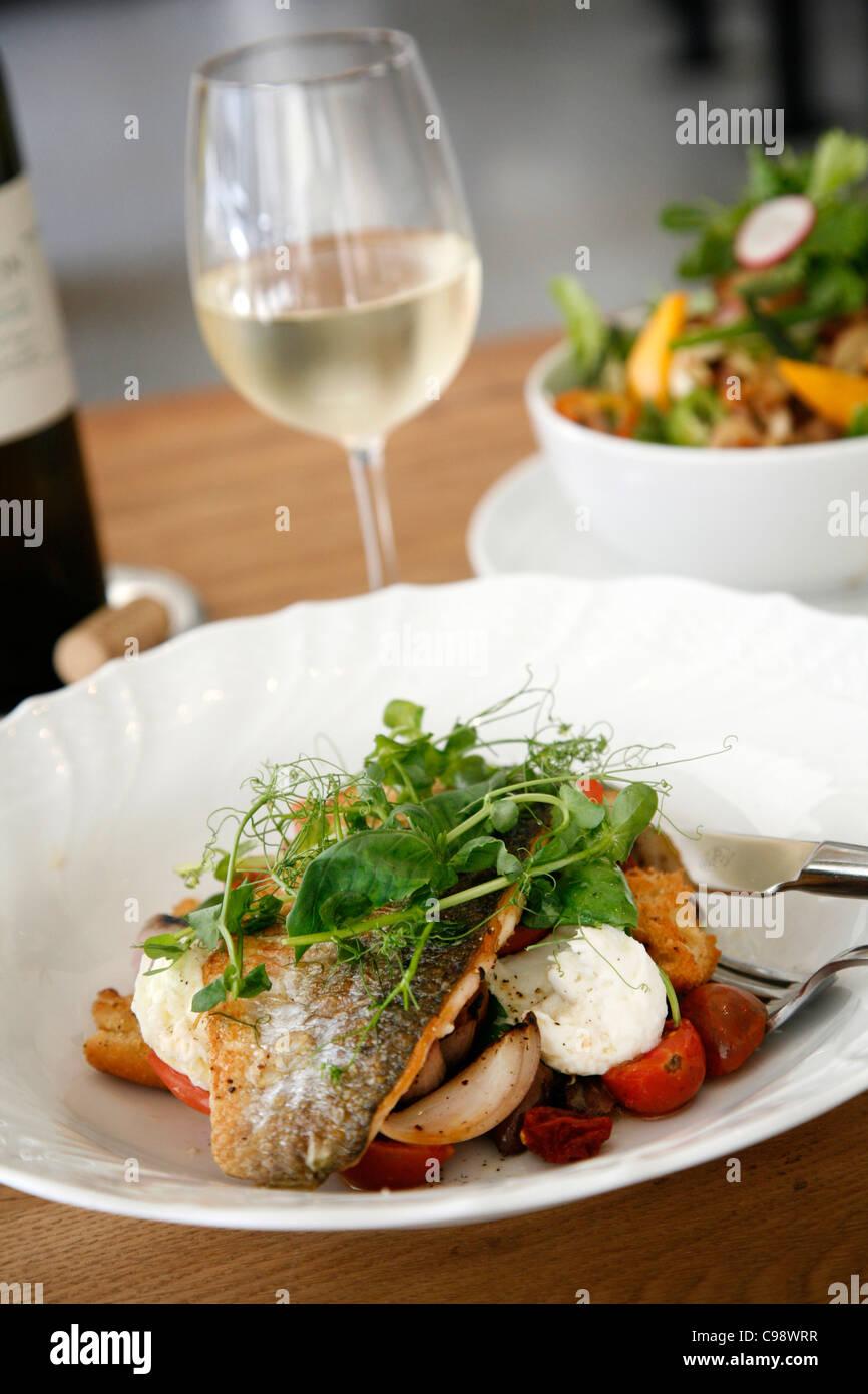 Pescado y ensaladas en el lujoso restaurante Mizlala, perteneciente al chef Meir á Adoni, Tel Aviv, Israel. Imagen De Stock