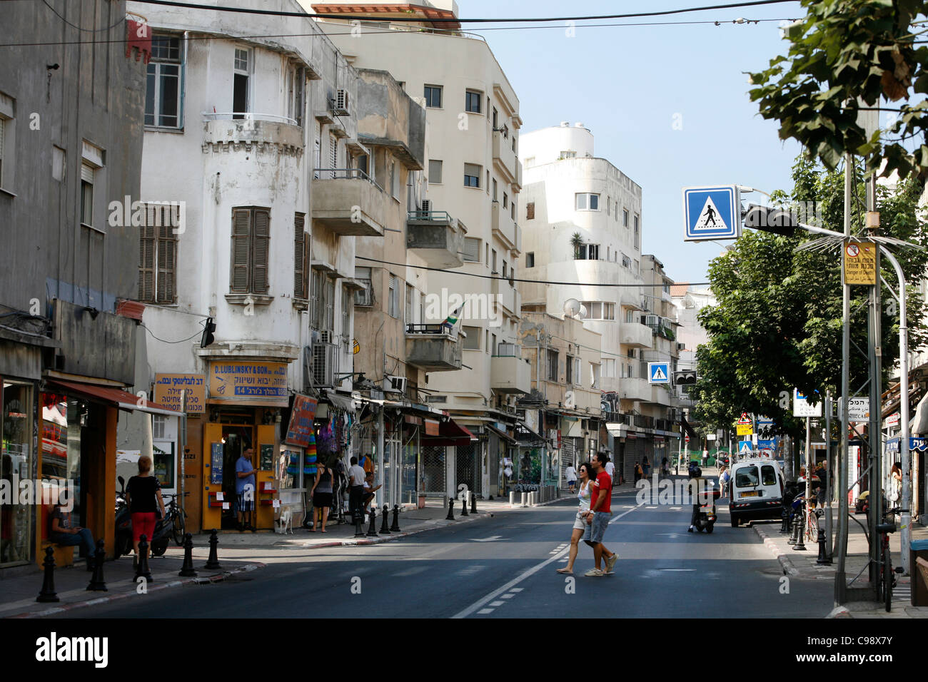 George Reyes calle con edificios de la Bauhaus, Tel Aviv, Israel. Imagen De Stock