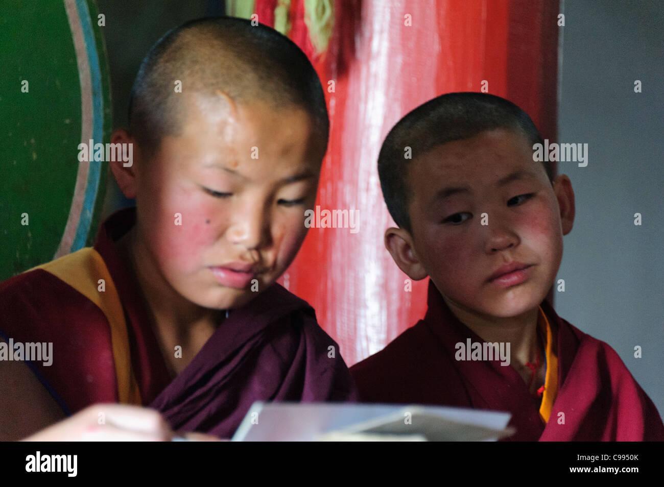 Monasterio de monjes orando en Shankh (khiid), Mongolia Foto de stock