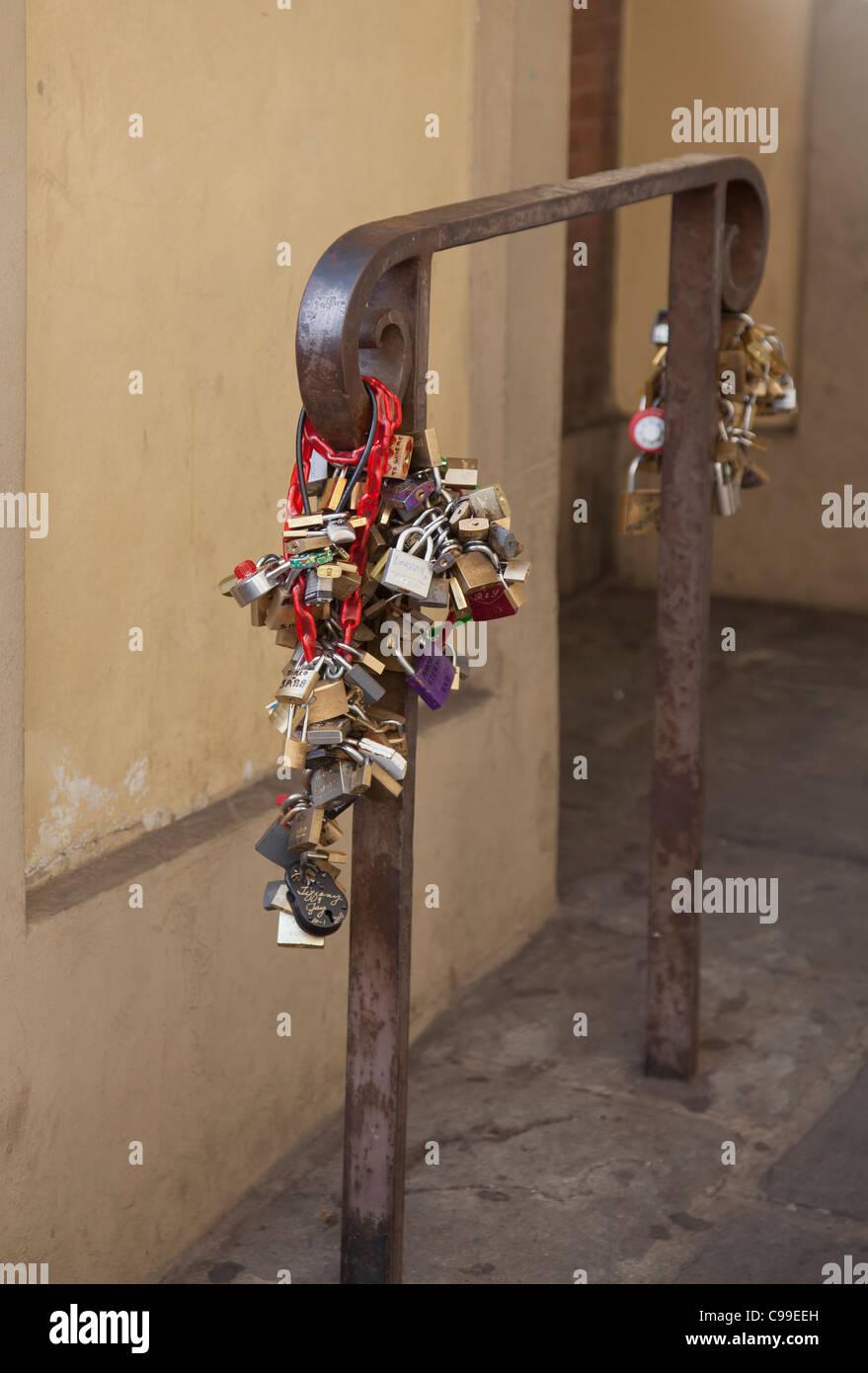 Candados adjunta a una rampa en el Ponte Vecchio de Florencia como un símbolo romántico de compromiso Imagen De Stock