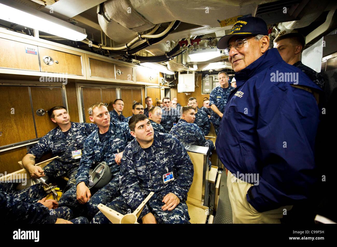 El Secretario de Defensa, Leon E. Panetta habla a los miembros de la tripulación a bordo del USS Mississippi Imagen De Stock