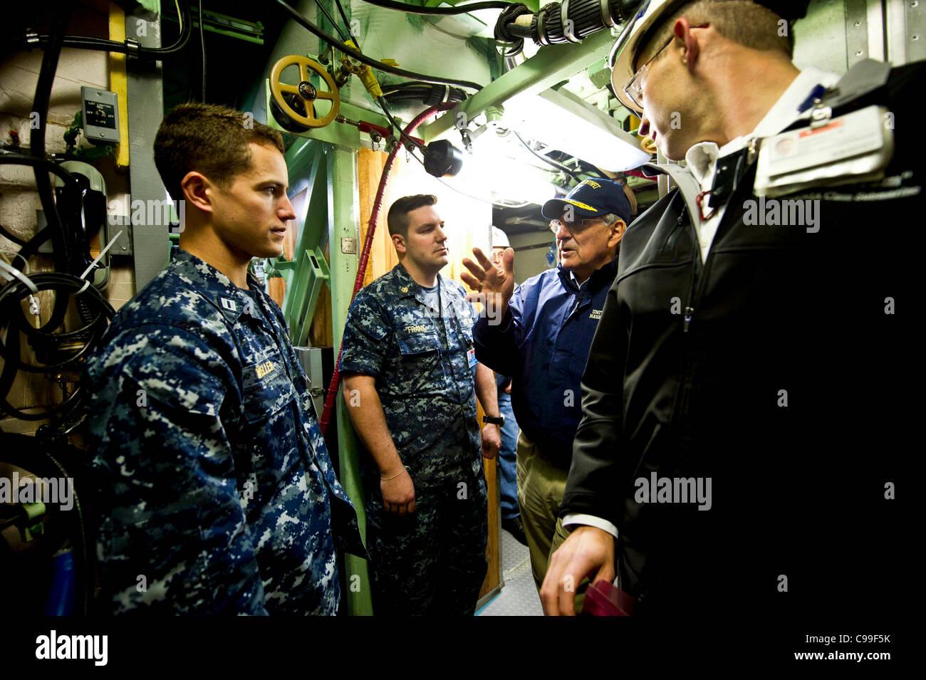 El Secretario de Defensa, Leon E. Panetta visitas a la tripulación y trabajadores de General Dynamics Electric Imagen De Stock