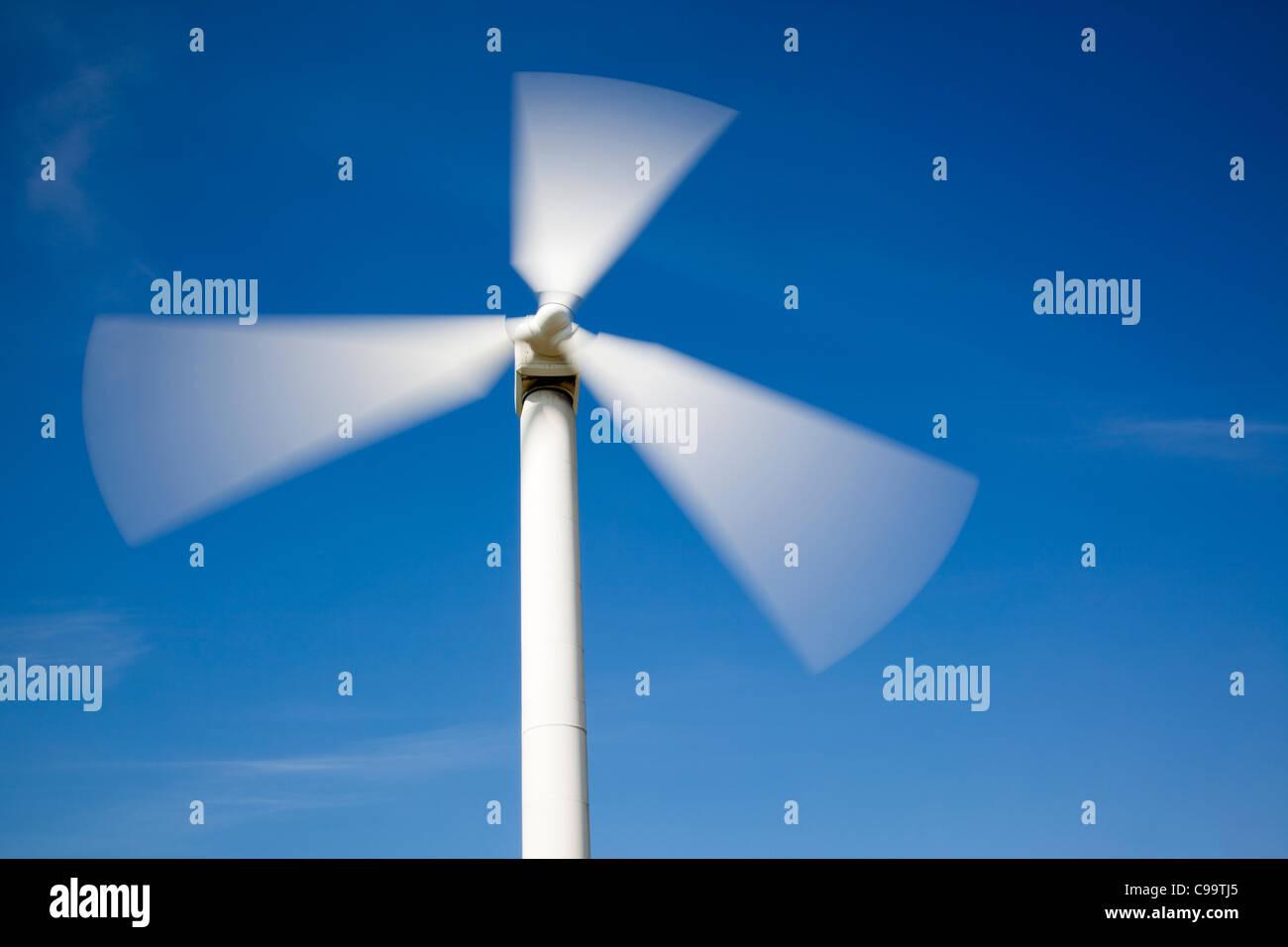 Parque Eólico, Aerogeneradores contra el cielo azul Imagen De Stock