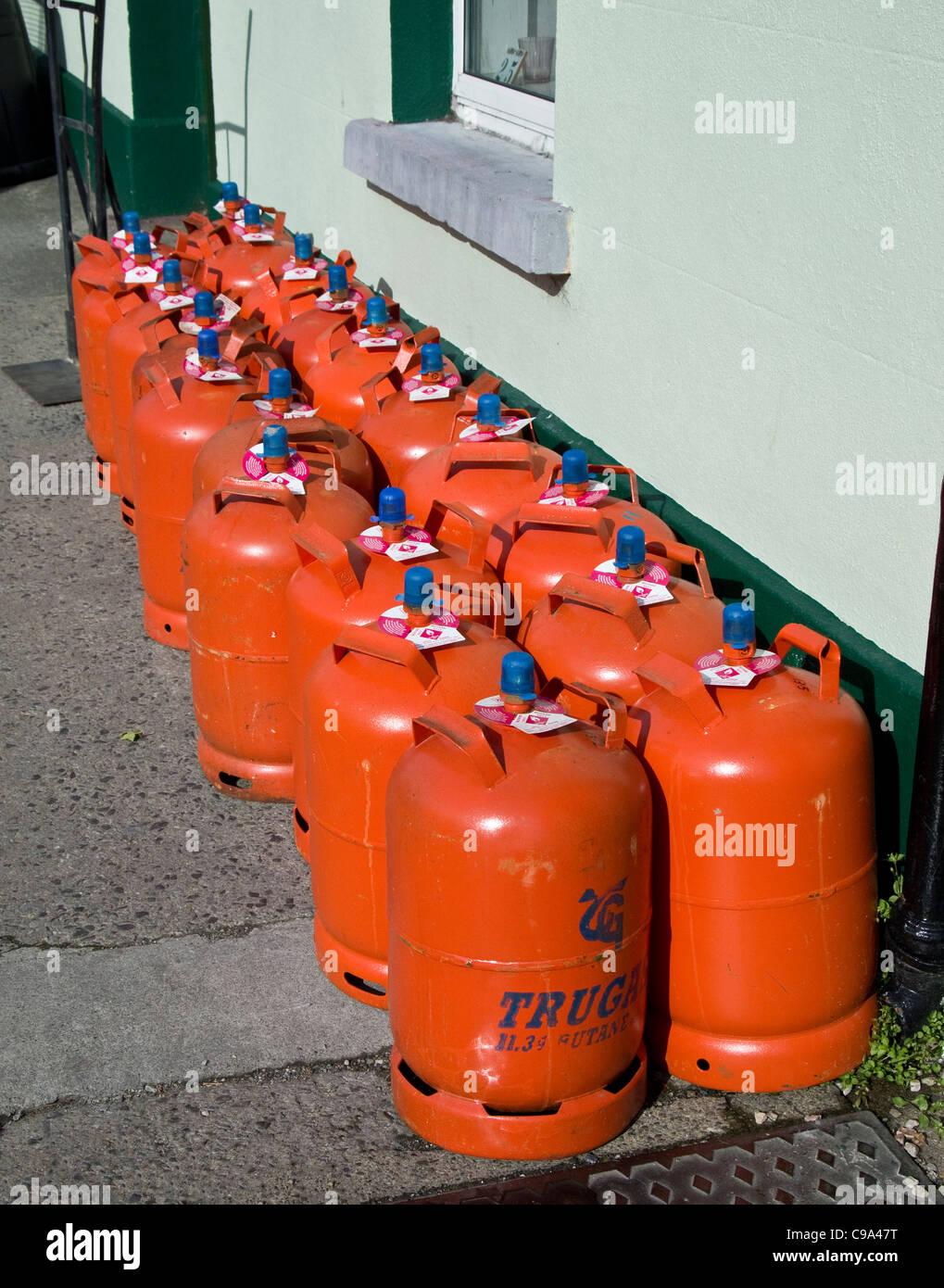 Las bombonas de gas doméstico en venta fuera de una tienda de hardware en Skerries, condado de Dublín, Imagen De Stock