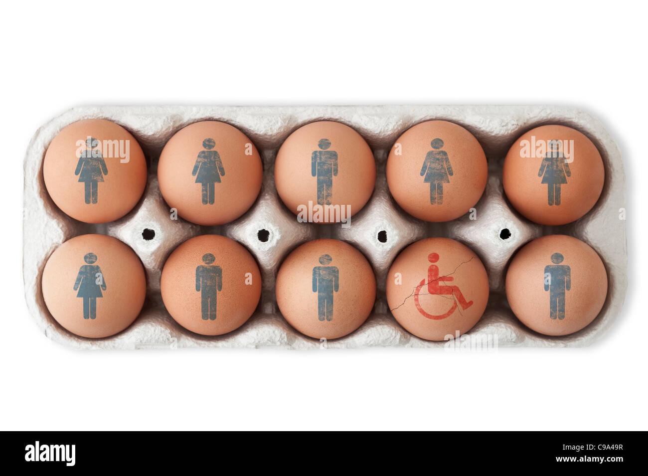 Caja de huevos. Símbolos masculinos y femeninos en nueve de ellos y un huevo agrietado con un símbolo para discapacitados. Fondo blanco, cuarteado Foto de stock