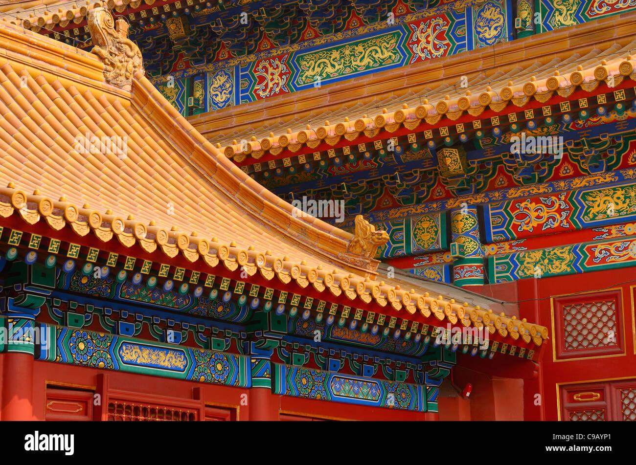 Salón de preservar la armonía detalle del edificio de madera pintada y techo de tejas, Ciudad Prohibida Imagen De Stock