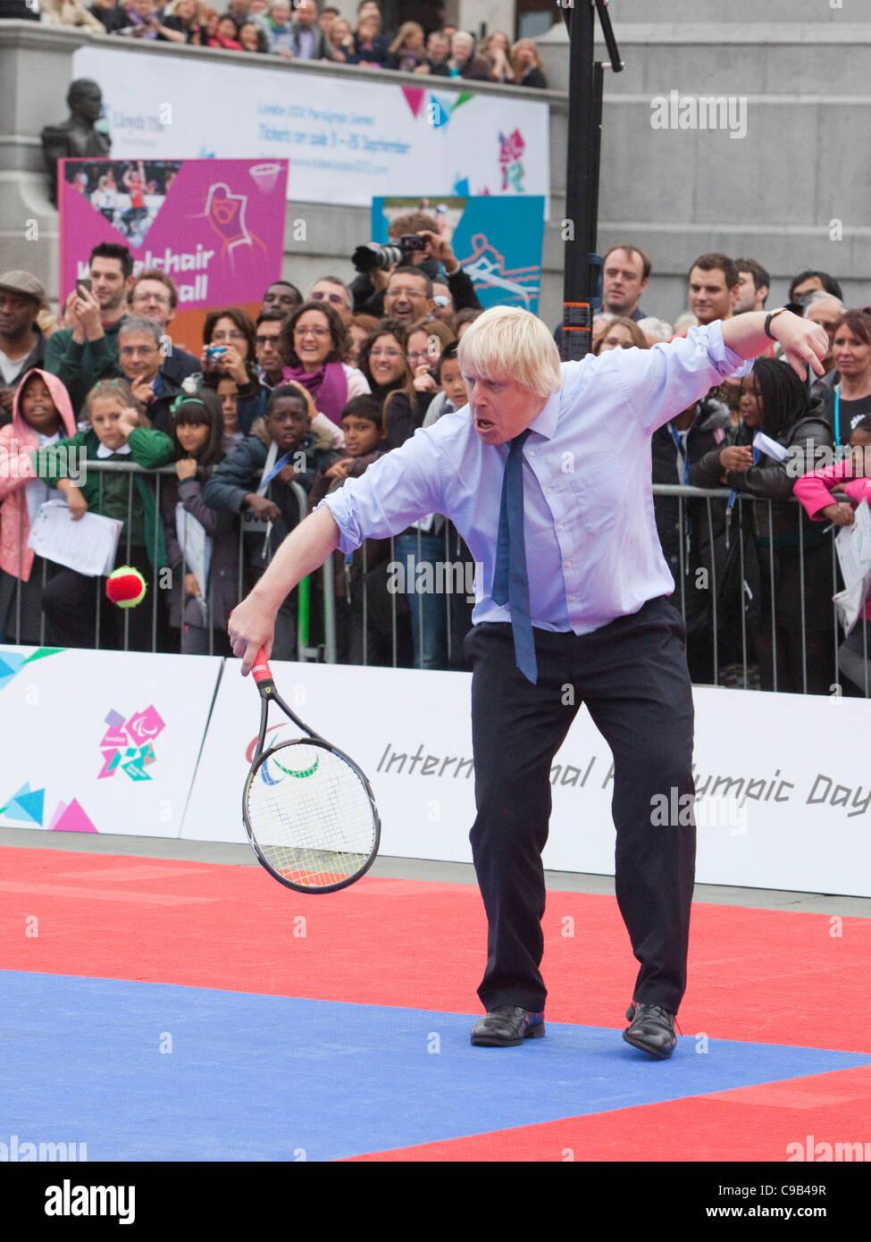 Boris Johnson juega partido de tenis contra PM David Cameron en Trafalgar Square en día Paralímpico Internacional. Foto de stock