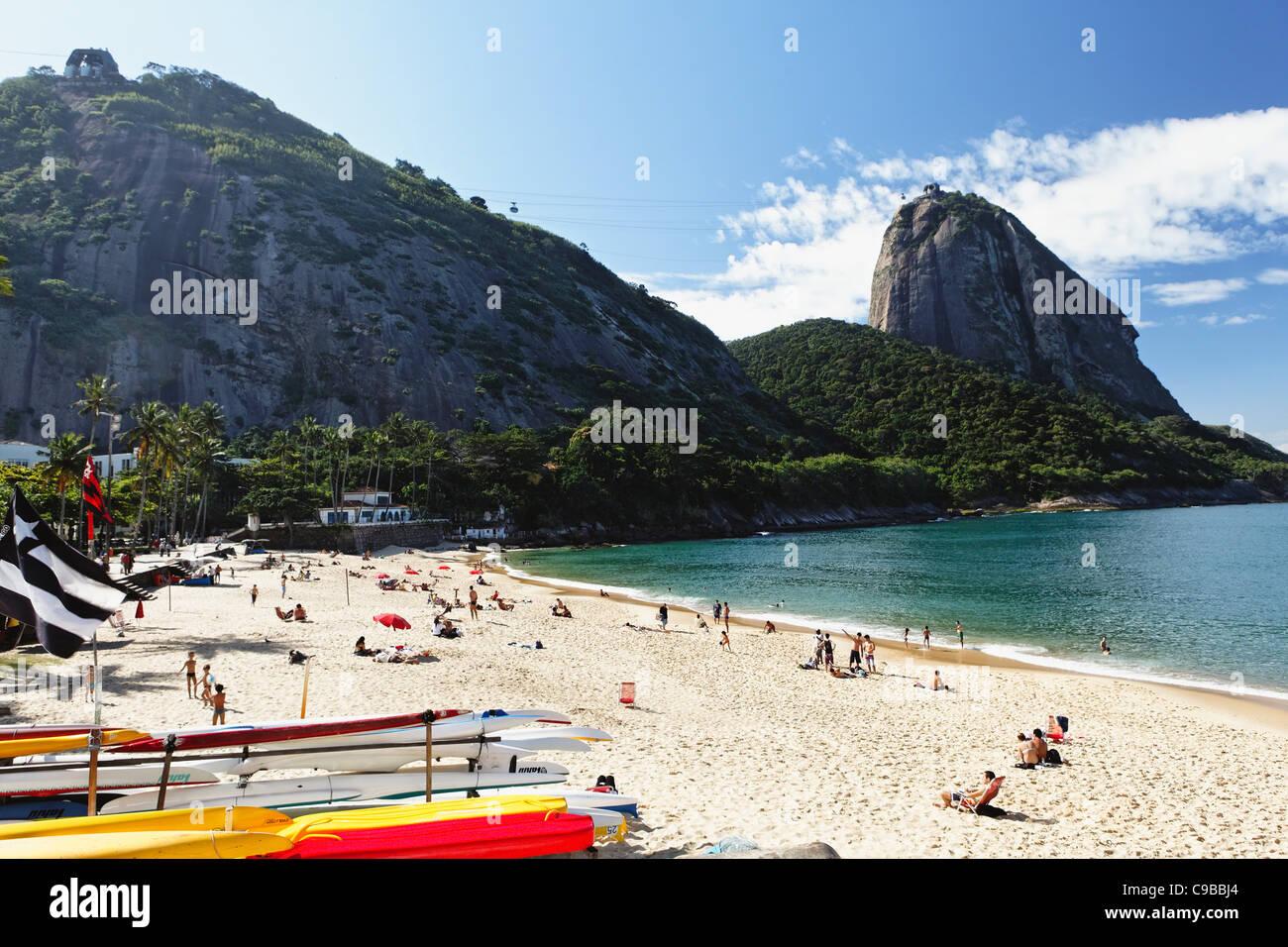 Vista de Sugarloaf Mountain desde Playa Vermelha, Río de Janeiro, Brasil Imagen De Stock