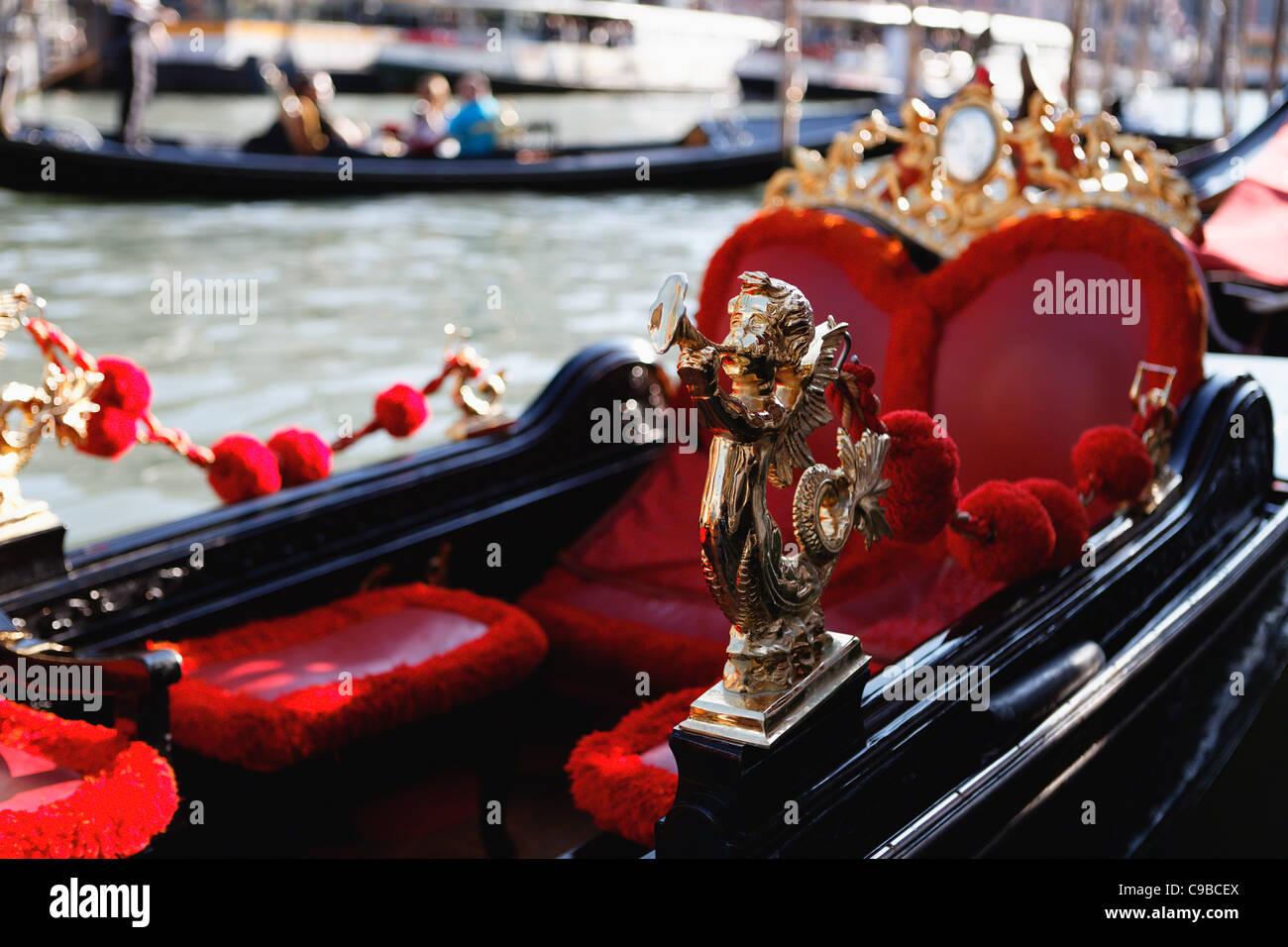 Vista de cerca de un ángel anunciando la góndola de ornamento, Rialto, Venecia, Italia Imagen De Stock