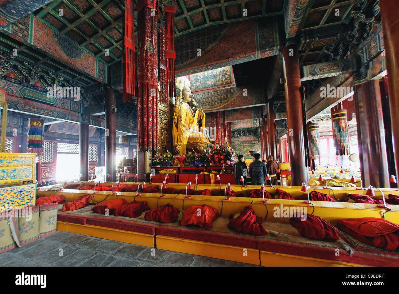 Orando en la zona budista YongHeGong Templo Lama, Beijing, China Foto de stock