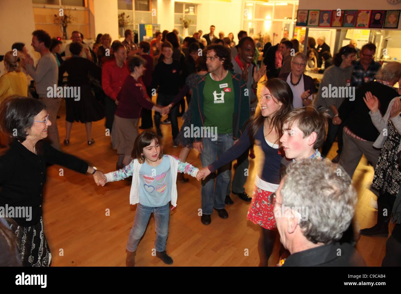 Una comunidad de granero en un baile organizado por una ciudad de transición (Kensal a Kilburn en Londres). Imagen De Stock