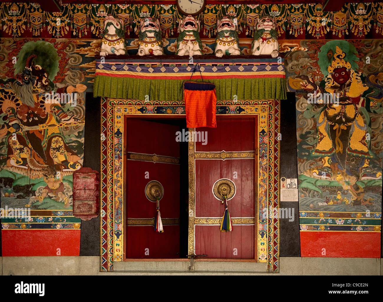 La India, el sur de Asia, Sikkim, puertas de un monasterio budista pintado por Lamas. Foto de stock