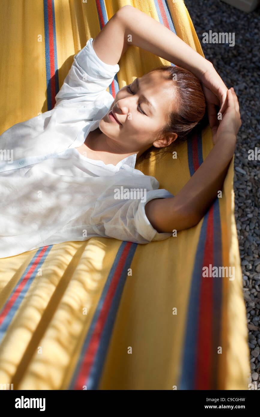 Mujer, una siesta en una hamaca Imagen De Stock