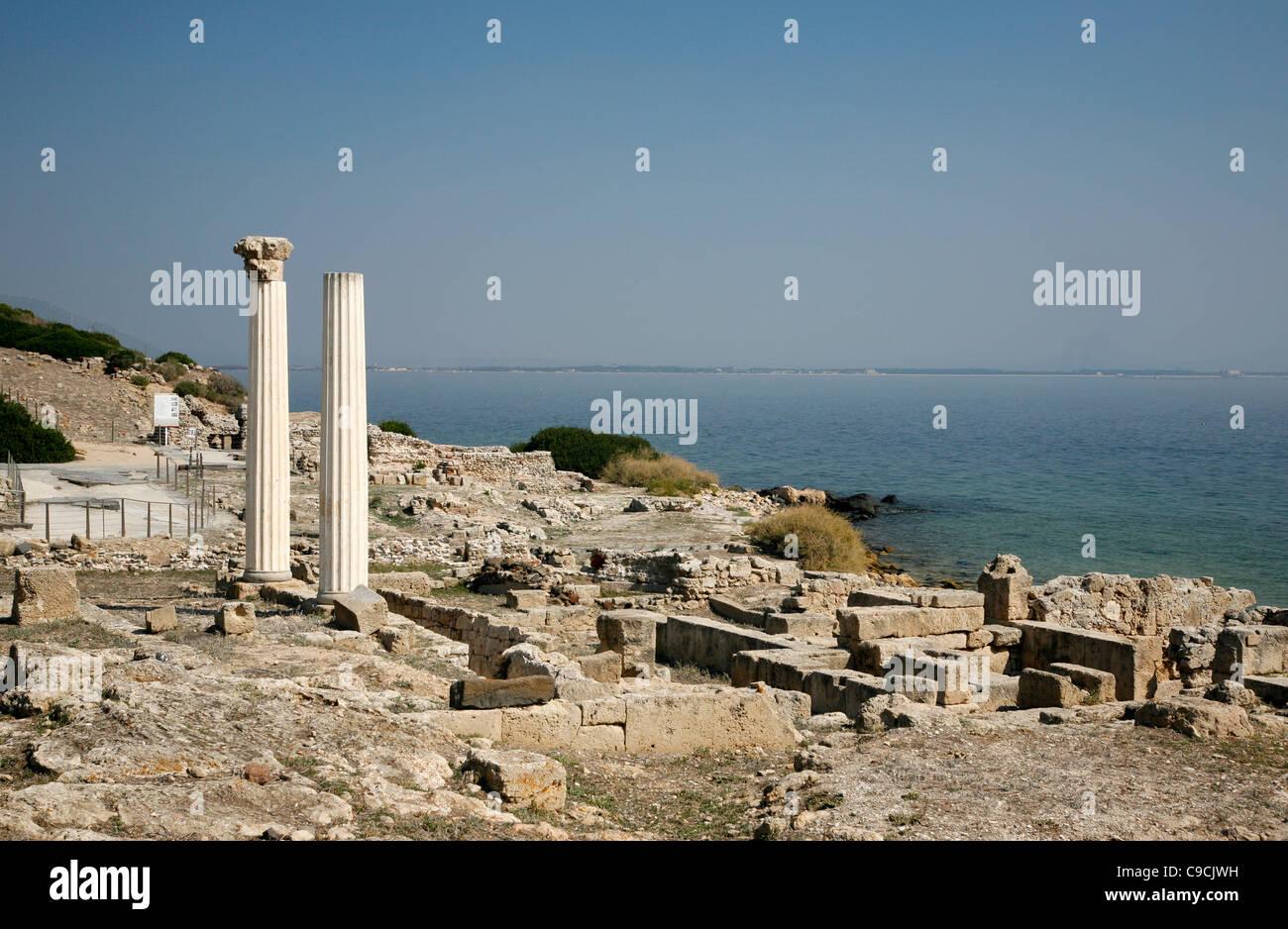 Vistas a las ruinas de Tharros y las columnas de Tempio Tetrastilo, península de Sinis, Cerdeña, Italia. Foto de stock