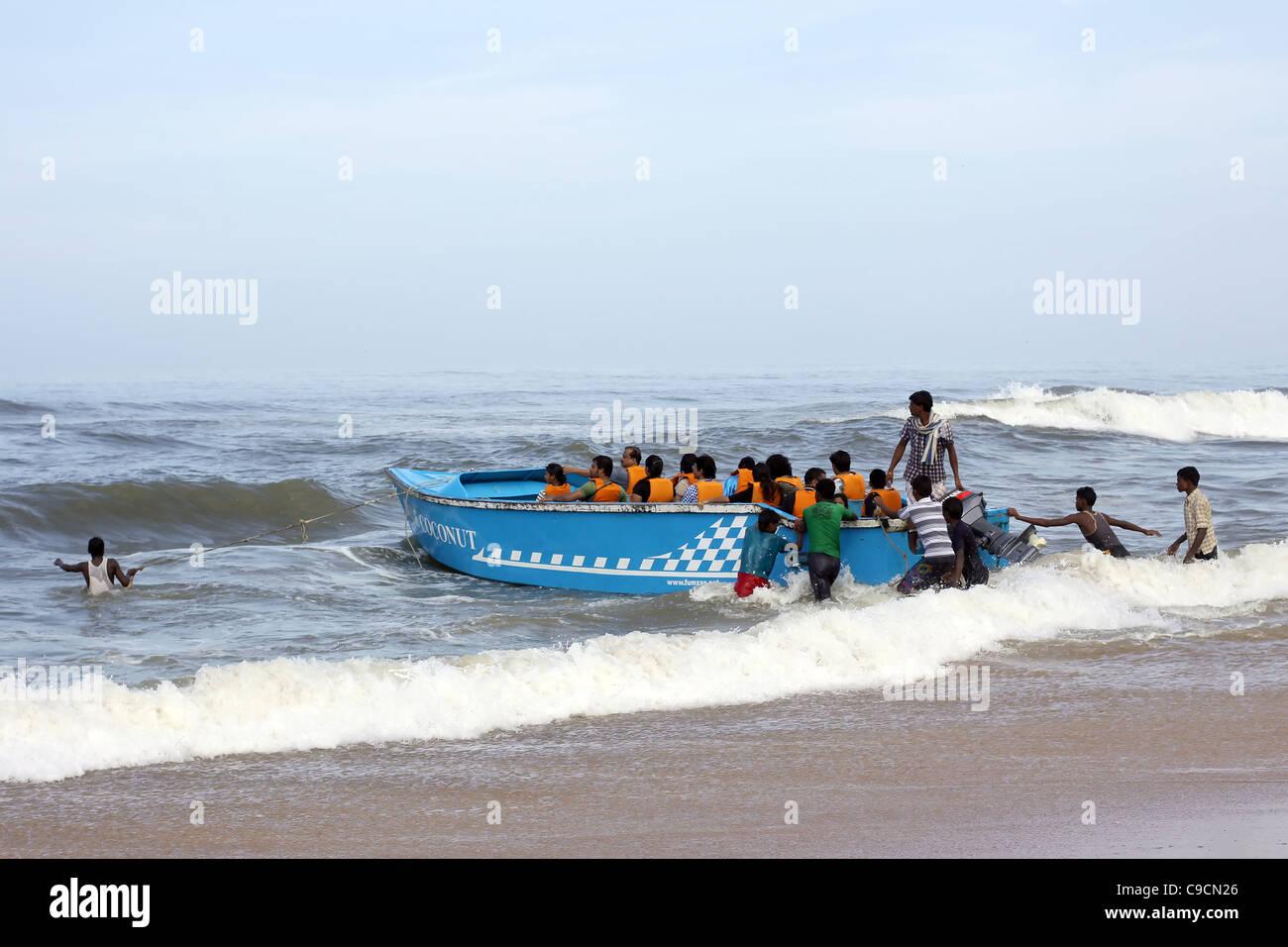 72199b9a1560 Mar Playa diversión Goa India turistas pueblo costa afuera Imagen De Stock
