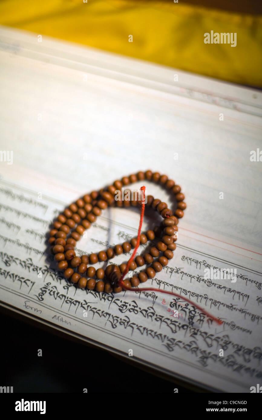 La oración budista beads sit on top de sutras en el Vajra Vidya Instituto de Estudios Budistas en Sarnath, Imagen De Stock