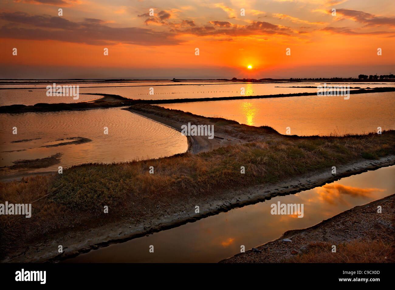 Foto atardecer en la laguna de un humedal Angelochori, a unos 30 km de Tesalónica, Macedonia, Grecia Imagen De Stock
