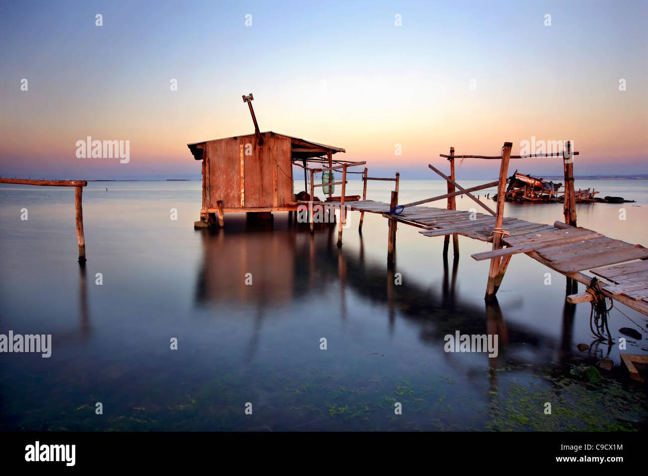 Stilt cabaña en el Delta de Axios (también conocido como 'Vardaris') Río, Tesalónica, Macedonia, Grecia Foto de stock
