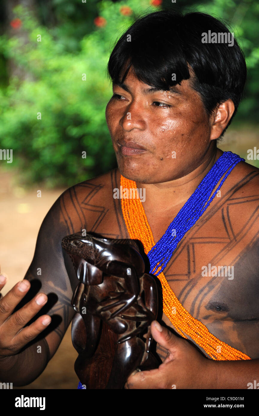 Jefe Indio Embera hablando de artesanía Foto de stock