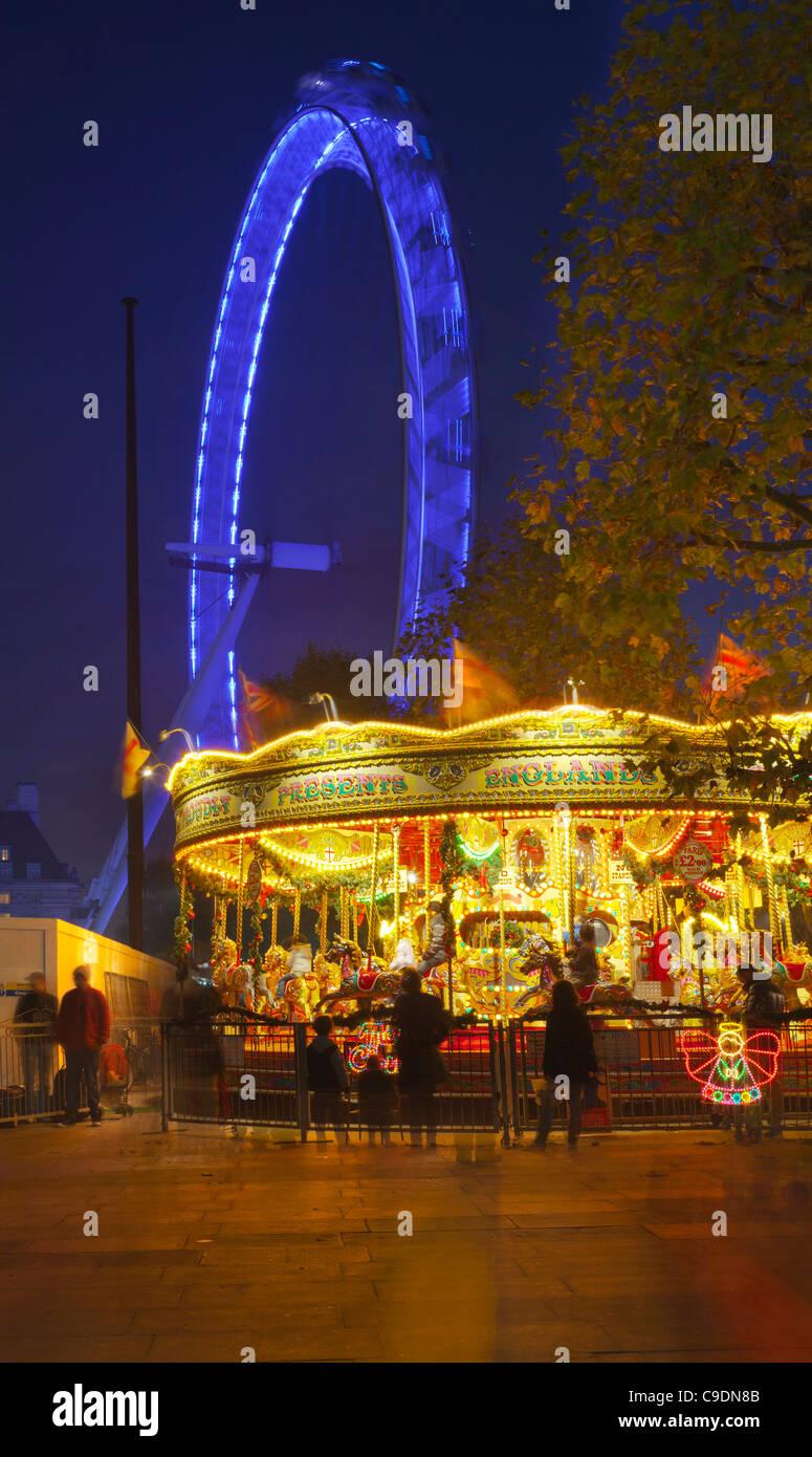 Carrusel en el South Bank, en la noche, iluminado London eye Imagen De Stock