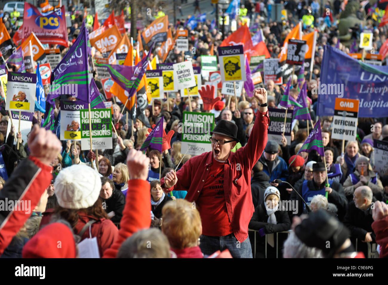 Liverpool, Reino Unido. 30 Nov, 2011. Sector público huelguistas rally en St George's Hall de Liverpool. Imagen De Stock