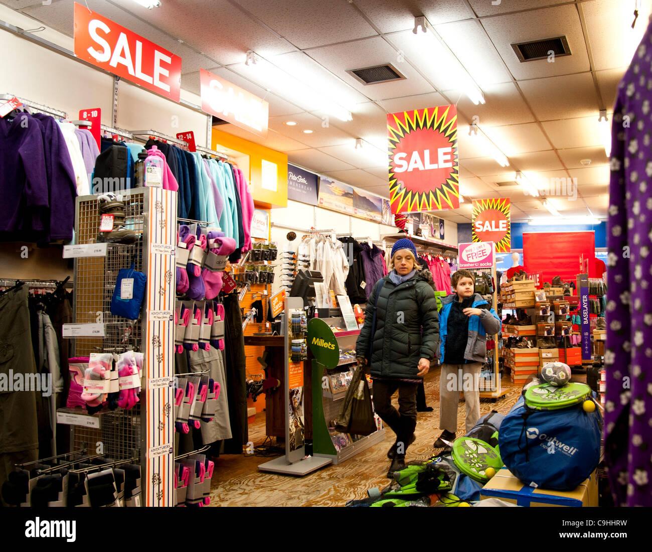 Aberystwyth UK 7 Ene 2012: 70% de descuento en una sucursal de ventas de mijo y artículos para acampar al aire Imagen De Stock