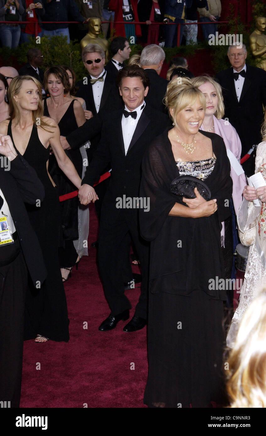 Feb 29, 2004; Hollywood, CA, EE.UU.; Oscar en 2004. El actor y director Sean Penn, llegando en la 76ª anual de los Premios de la academia en el Kodak Theatre de Hollywood. (Crédito de la imagen: Paul Fenton/ZUMAPRESS.com) Foto de stock