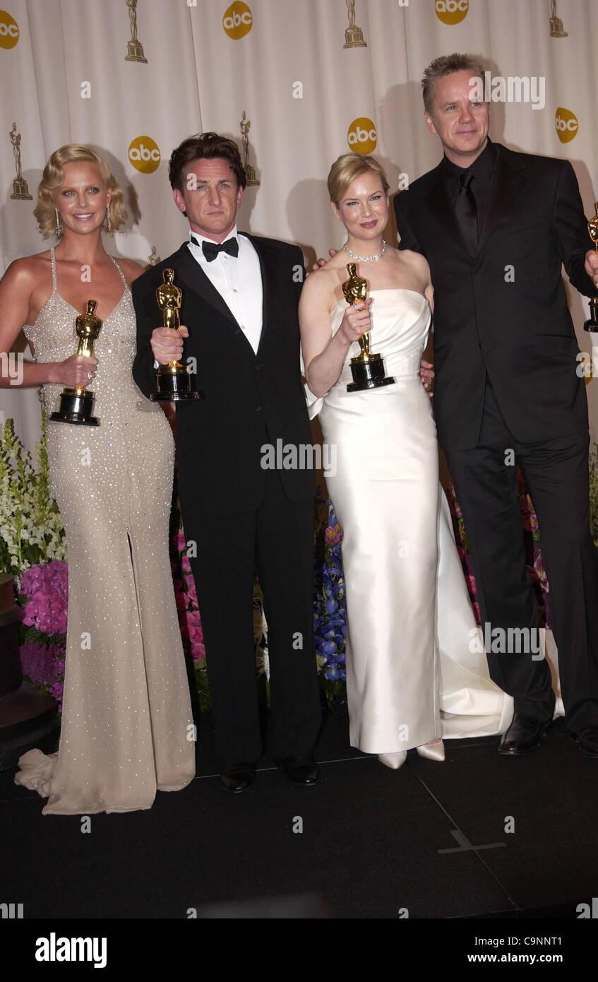 """Feb 29, 2004; Hollywood, CA, EE.UU.; Oscar 2004: Actriz CHARLIZE THERON ganador del galardón de mejor actriz por 'Monster' Sean Penn, ganador de mejor actor en """"río"""" mística con Renee Zellweger ganador del galardón de mejor actriz de reparto en 'Cold Mountain' y TIM ROBBINS en la sala de prensa en la 76ª Anual de los Premios de la Academia Foto de stock"""