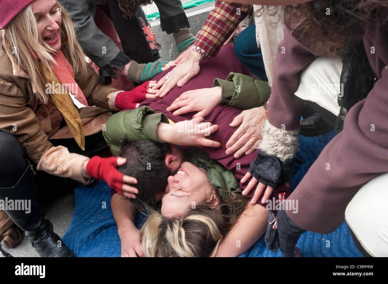 """New York, NY - 14 de febrero de 2012 Occupy Wall Street el Día de San Valentín 'Bed-In"""" titulado Imagen De Stock"""