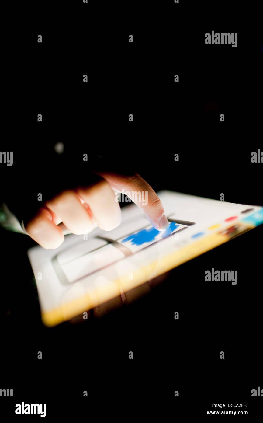 Una niña de 13 años utilizando la app dibujar algo sobre un nuevo Apple iPad 3 Tablet PC. Un pequeño OMGPOP, juegos basados en Nueva York empresa acaba de ser comprada por $180m (£113m) después de lanzar la app que fue descargado 35 millones de veces en las últimas seis semanas. Foto de stock