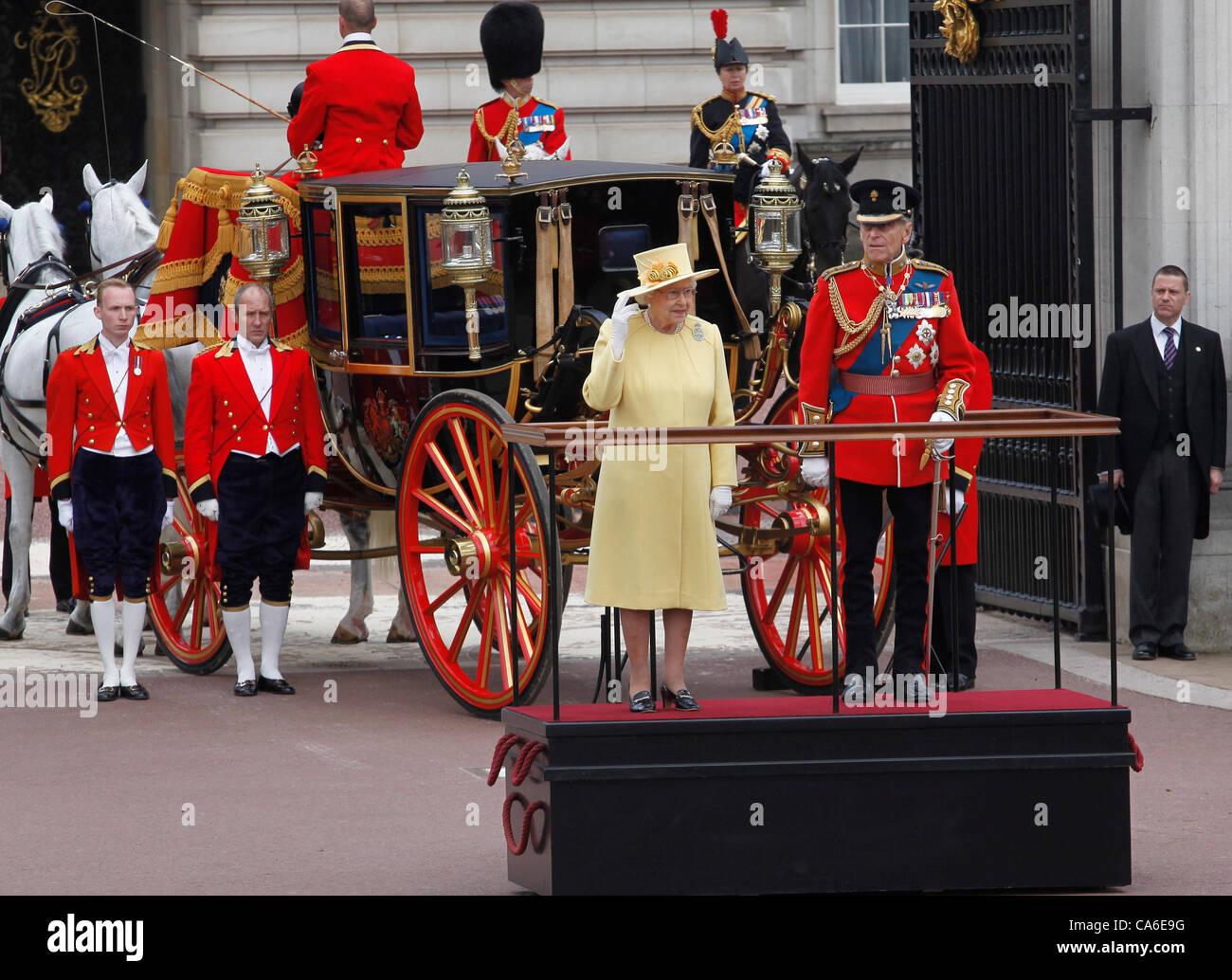La reina Isabel II y el Príncipe Felipe, Duque de Edimburgo, en el Palacio de Buckingham en el Trooping del Imagen De Stock